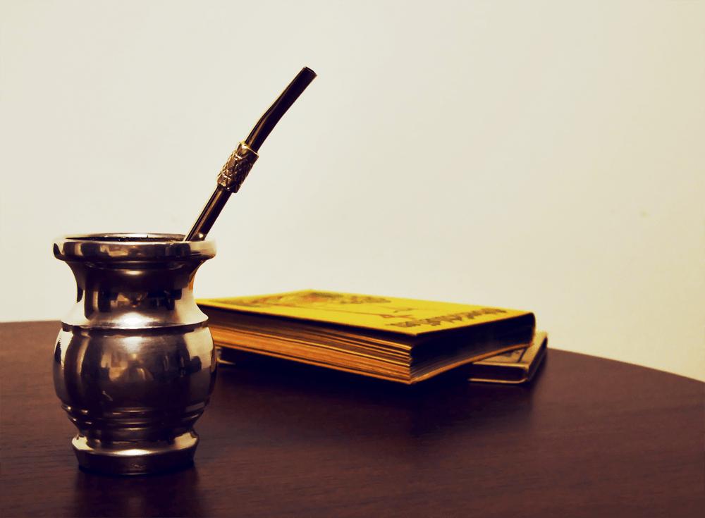 Chimarrão e livro numa mesa